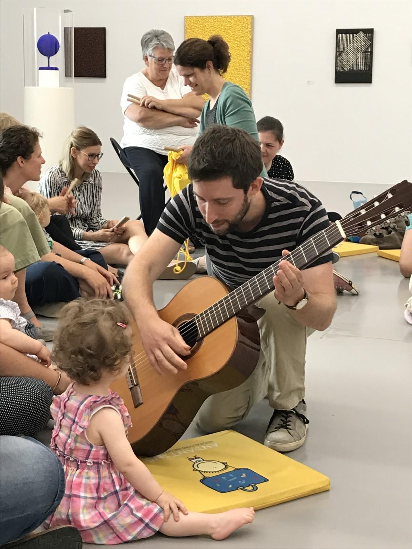 Andantino im Museum mit Gitarre