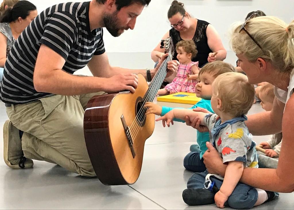 Babies staunen über Gitarre
