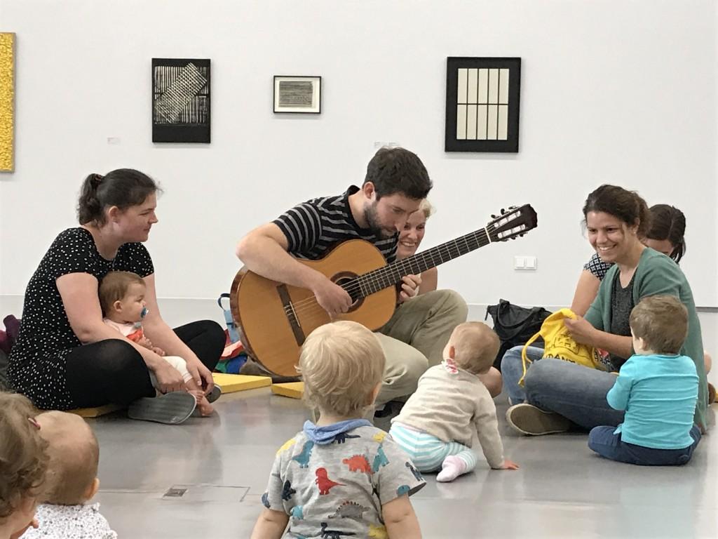 Babies begeistert von Gitarre und Musik