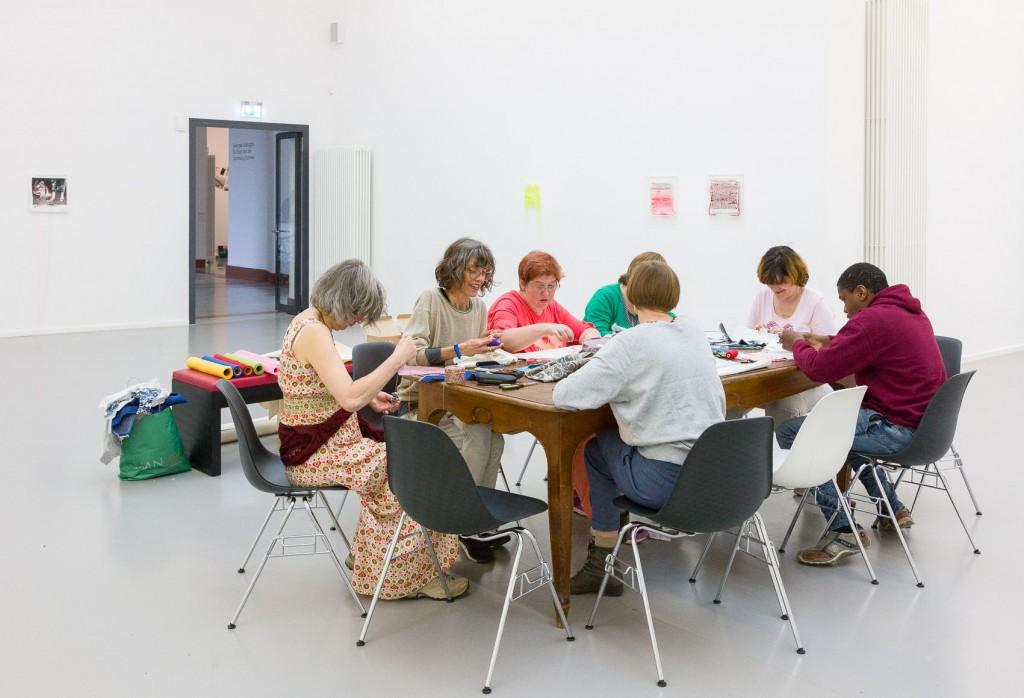 Menschen am Tisch basteln