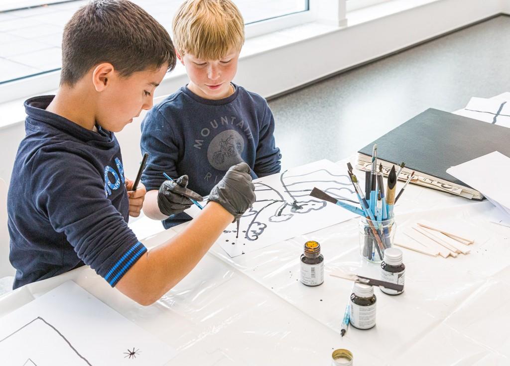 2 Kinder machen Kalligrafie