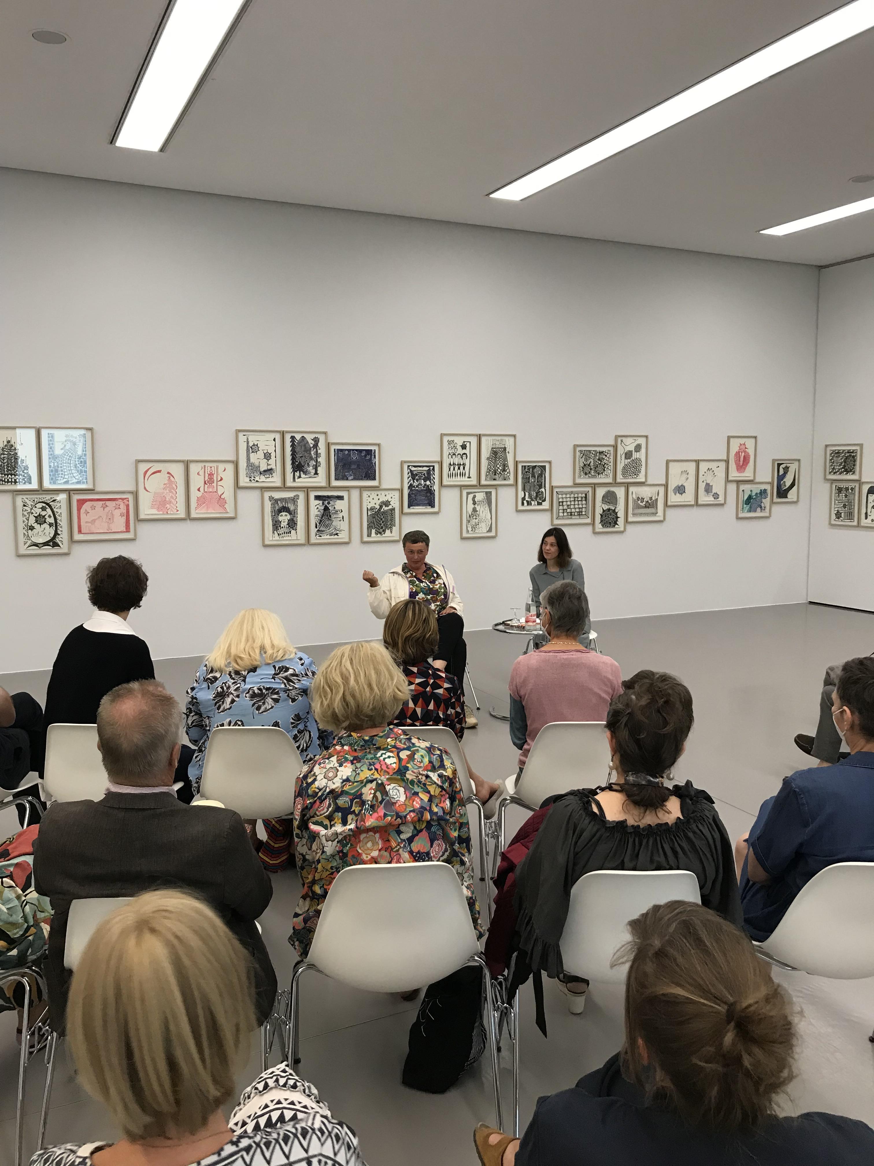 Gespräch in den Ausstellungsräumen