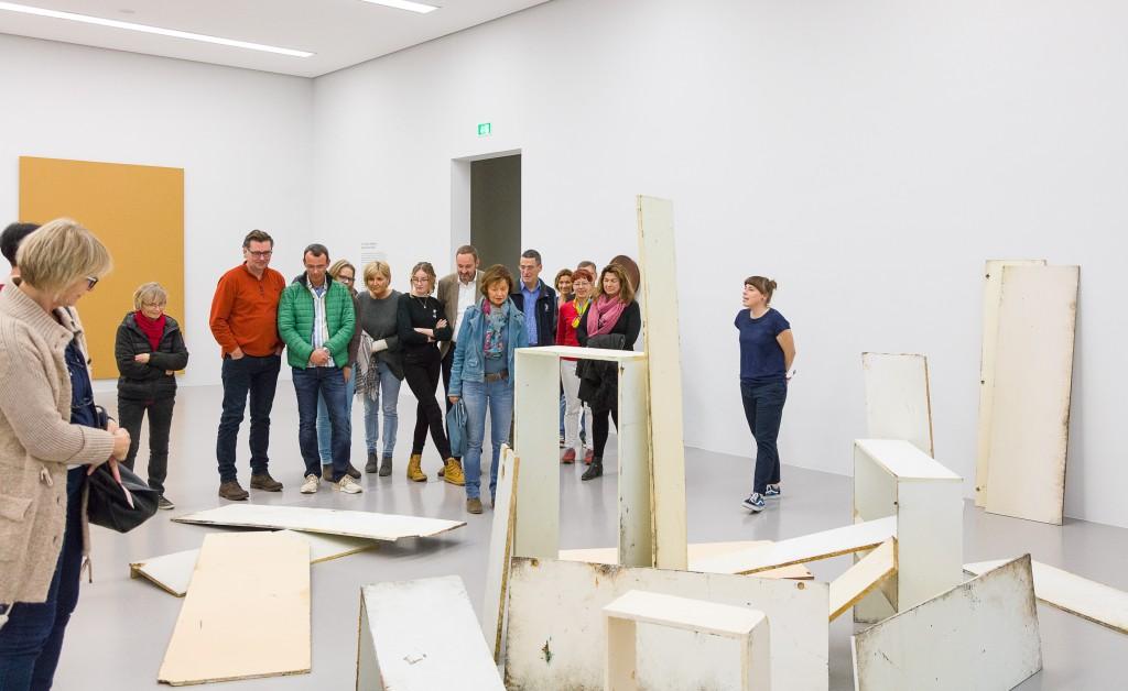 Führung mit Menschengruppe durch eine Ausstellung