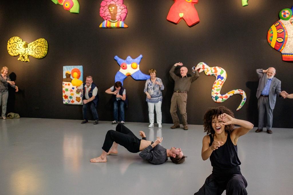 Tanzende Menschen in den Ausstellungsräumen