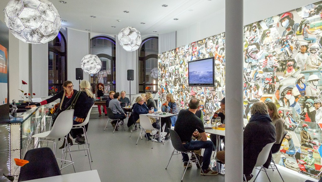 Menschen im beleuchteten Museumscafé