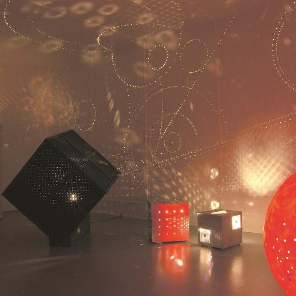 Licht-Raum-Installation mit roter Kugel und schwarzem Würfel
