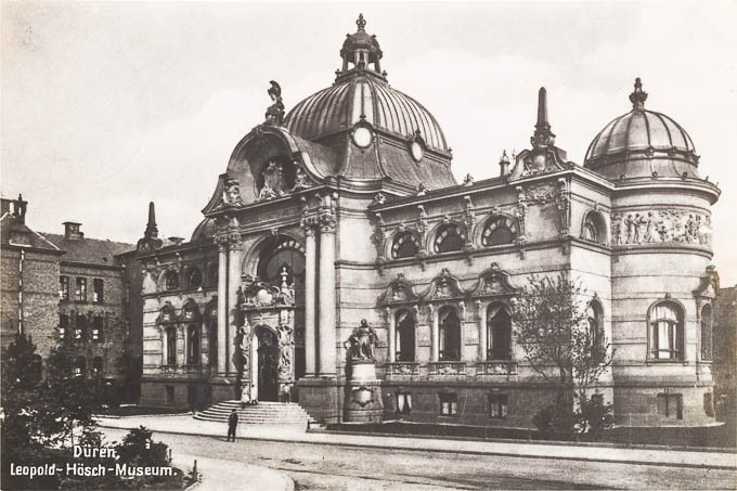 Schwarz-weiß-Foto des Museums mit großer Kuppel