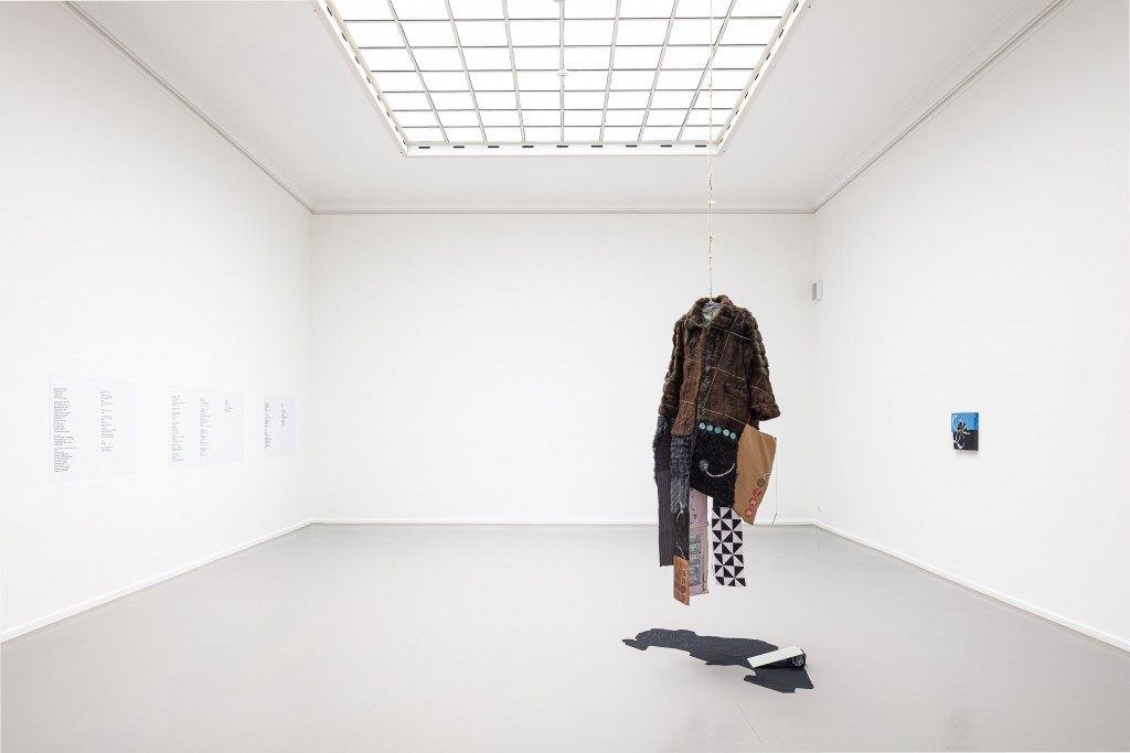 Foto vom Ausstellungsraum mit einem hängenden Mantel