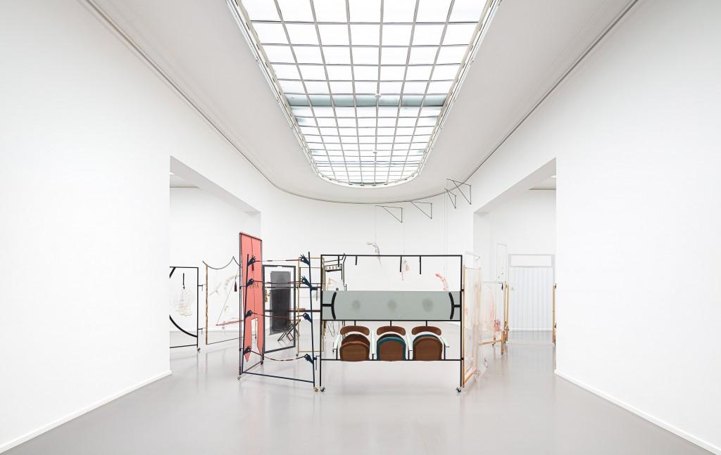 Foto einer Installation in Form eines Paravants im Ausstellungsraum