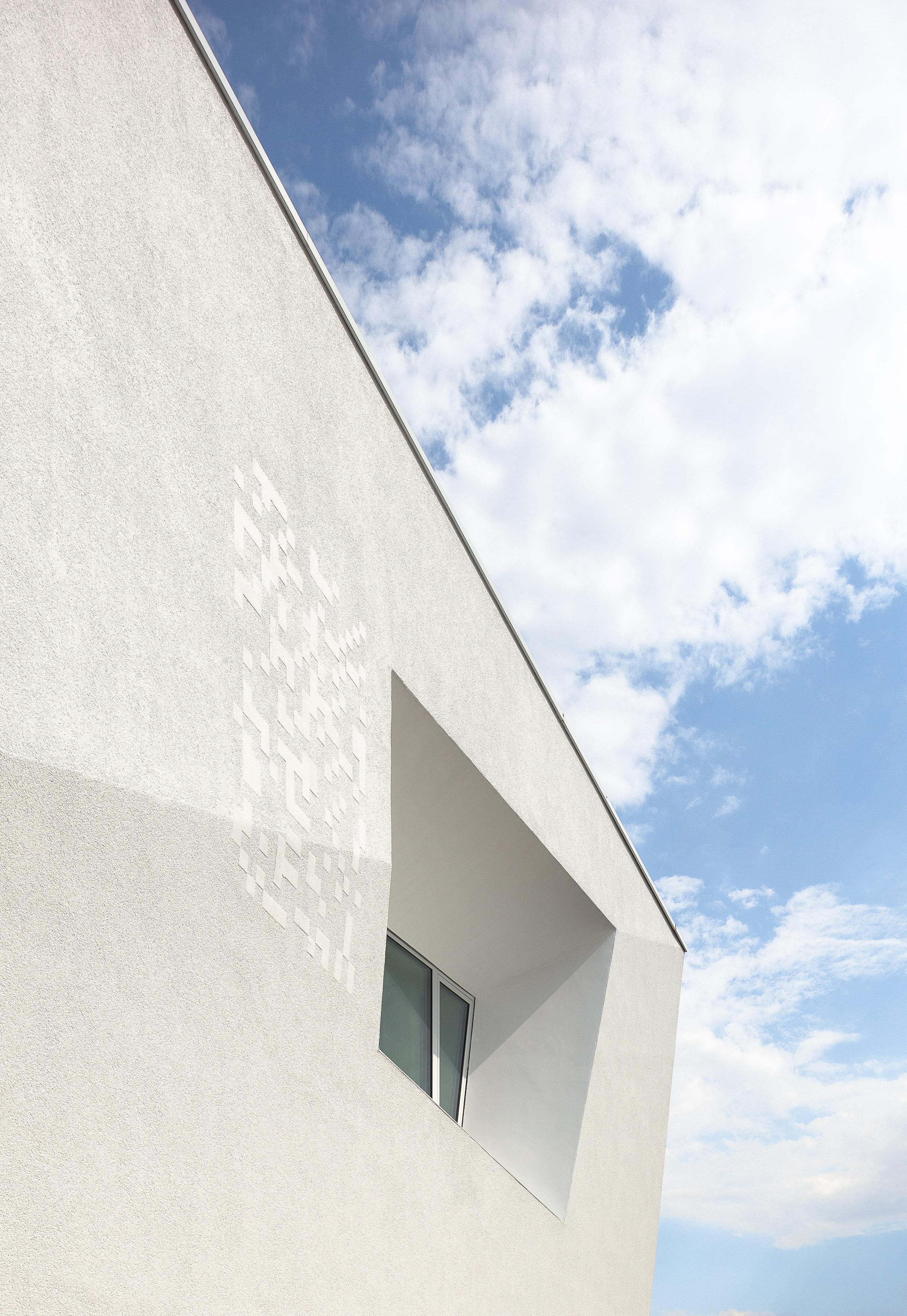 Detail der weißen Fassade mit Fenster