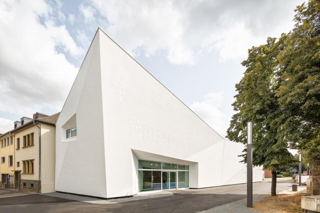 Außenansicht des weißen Museums