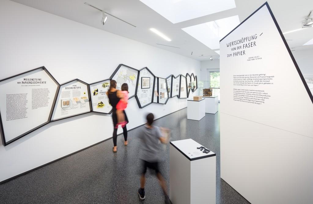 Familie in Ausstellung mit Wandtafeln