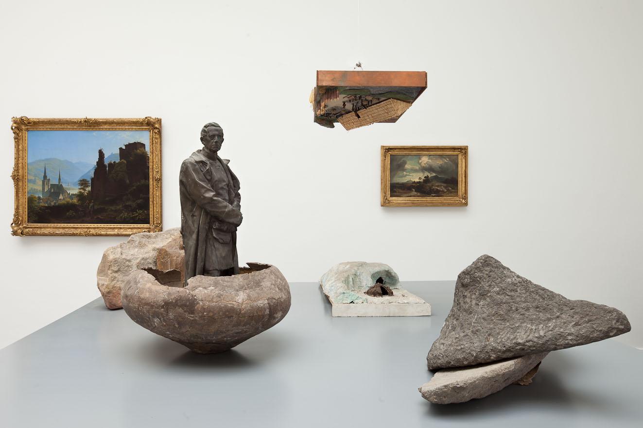 Skulpturen und Gemälde im Raum