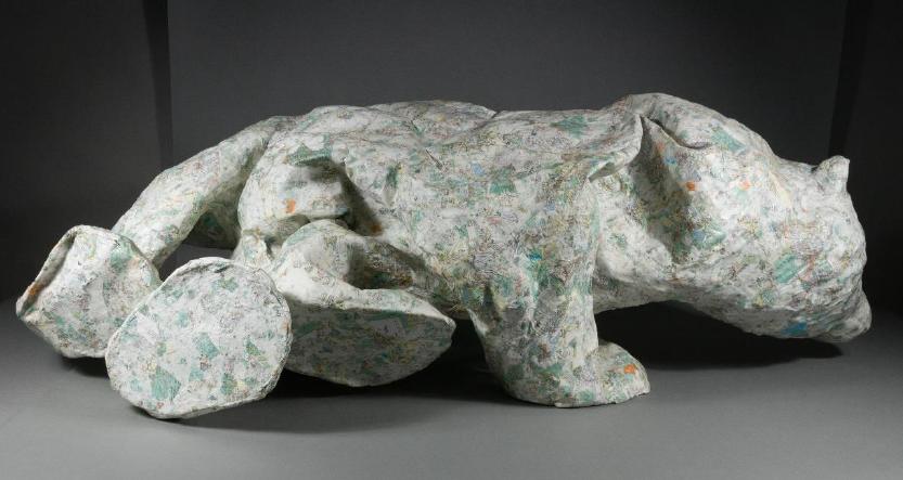 Pappmachée-Skulptur in Form eines Eisbären, seitlich, vor der Restaurierung