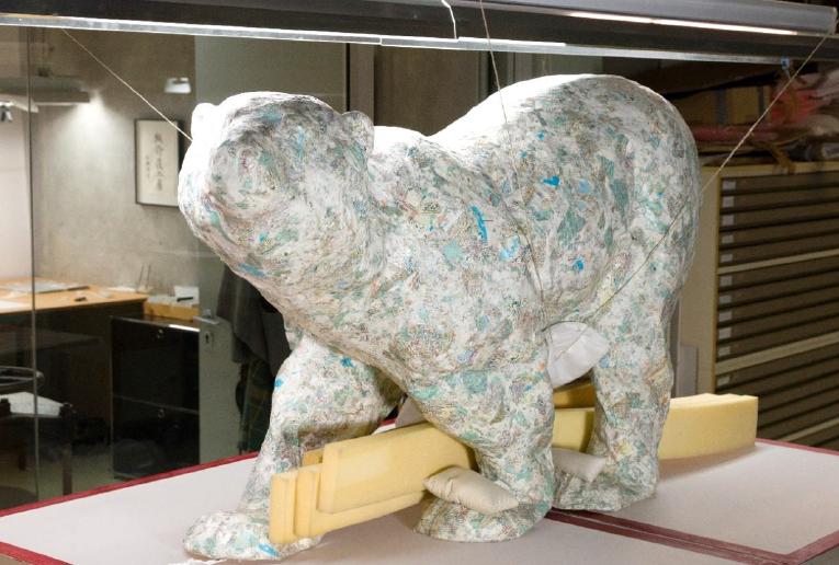 Skulpur zur Stabilisierung befestigt