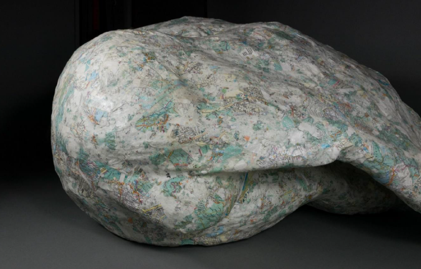 Pappmachée-Skulptur in Form eines Eisbären, Hinterteil