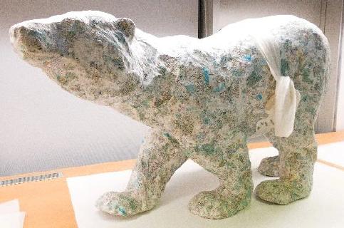 Eisbär-Skulptur mit Bauchbinde