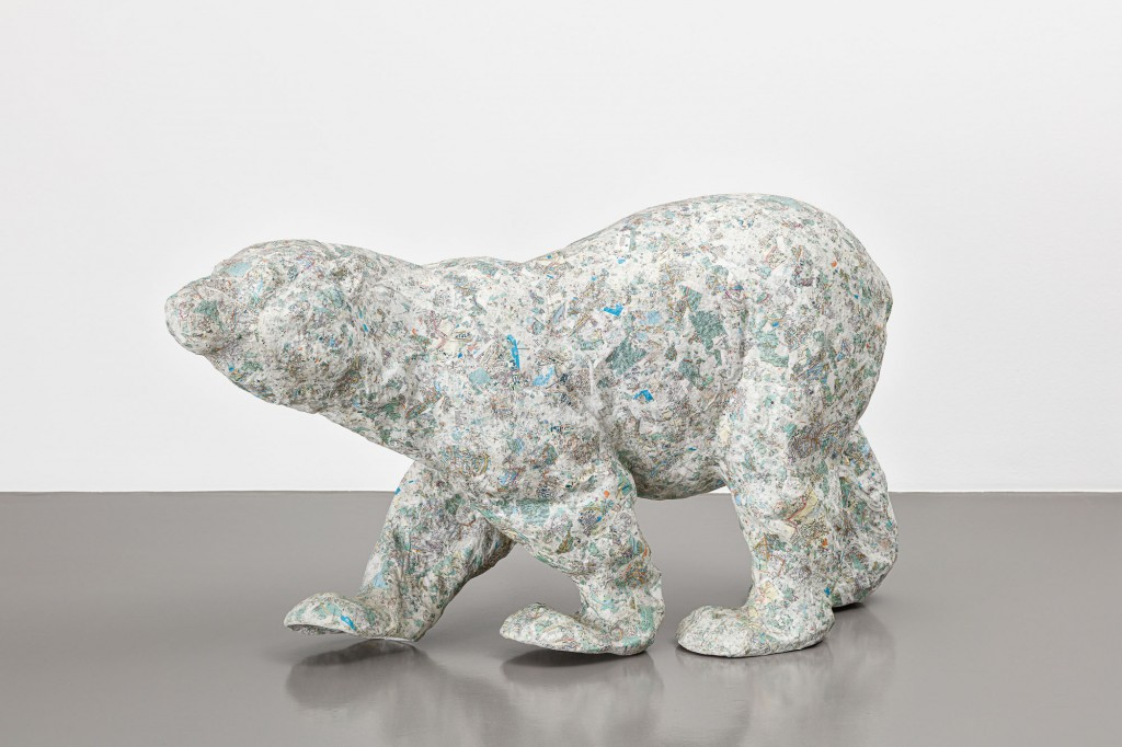 Pappmachée-Skulptur in Form eines Eisbären