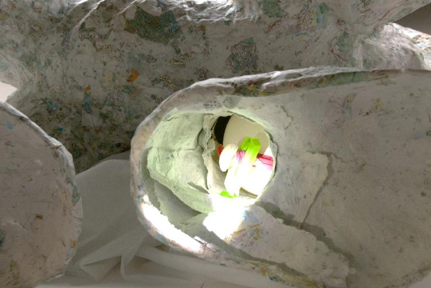 Blick in eine der Fußöffnungen mit Luftballon im Inneren