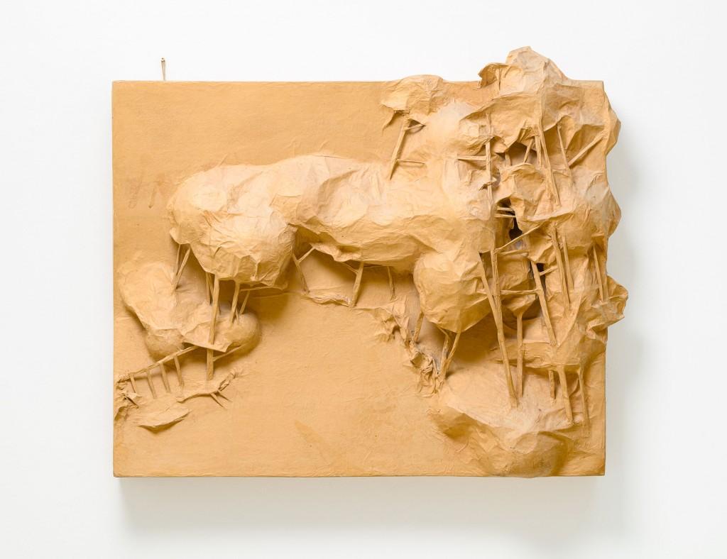 Platte mit Waldlandschaft in okkafarbenem Papier