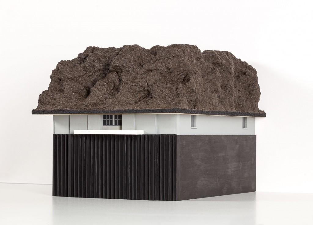 Schuhkartongroße Skulptur wie ein Haus mit Felsdach