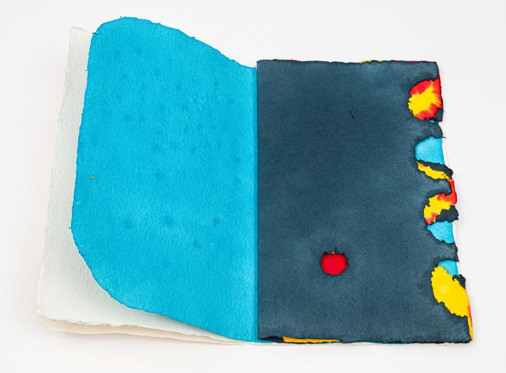 Künstlerbuch aus Büttenpapier mit farbigen Seiten