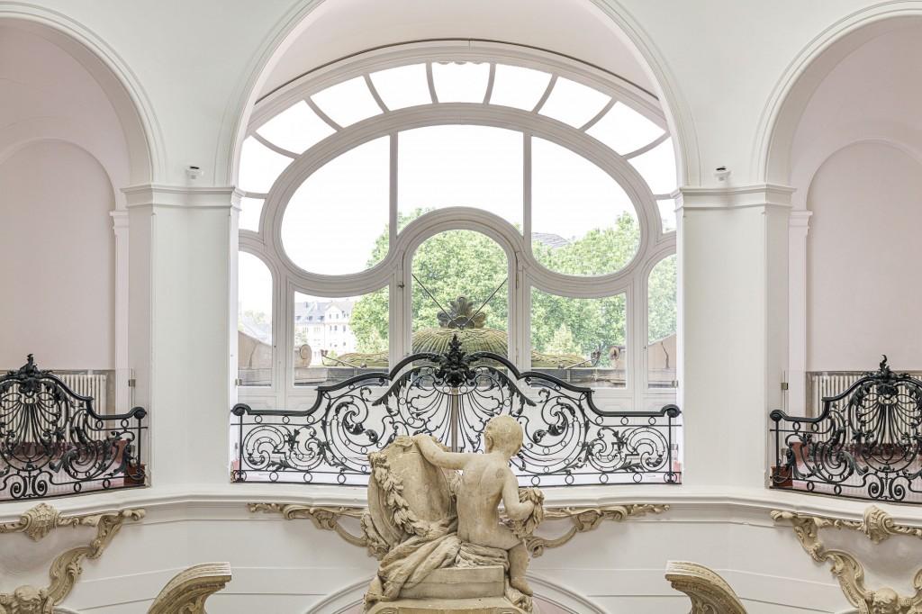 Innenansicht des Treppenhauses mit Fensterblick